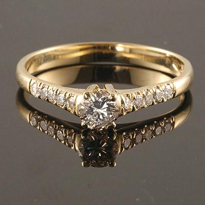 טבעת אירוסין יהלום מרכזי ושיבוצי יהלומים בצדדים
