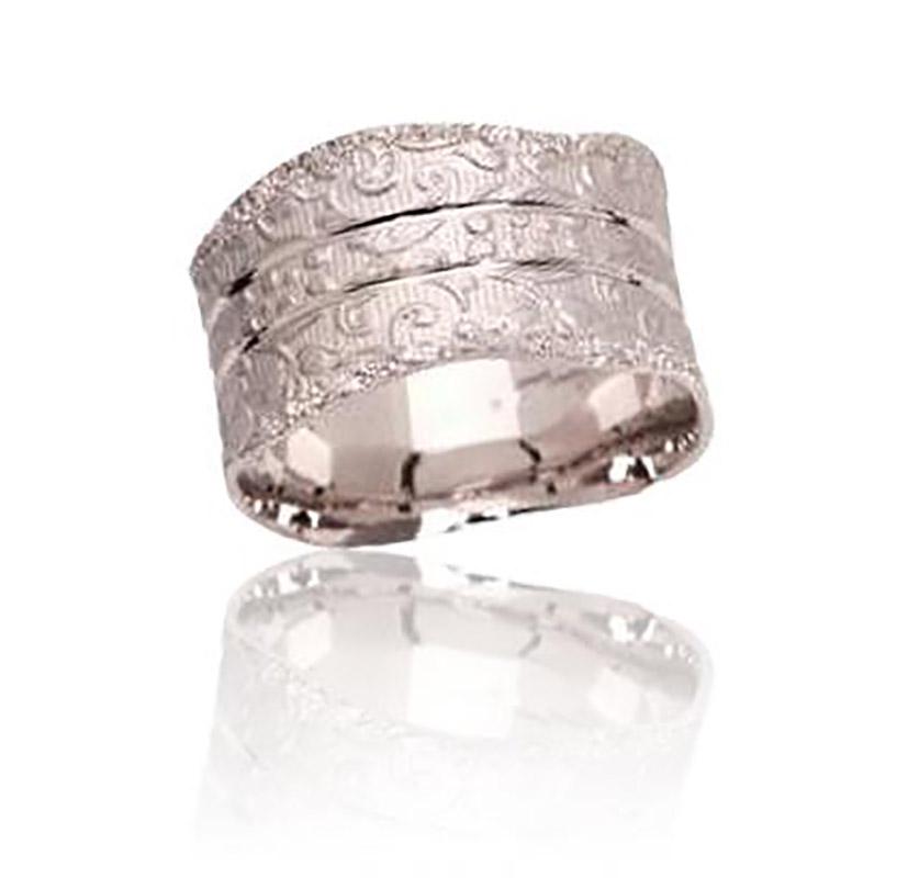 טבעת נישואין בעיטורי פרחים עדינים