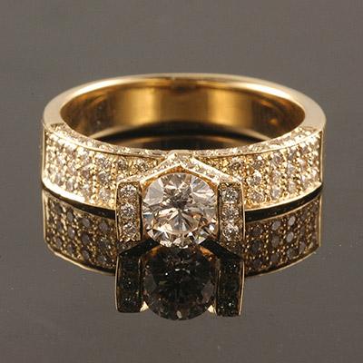 טבעת אירוסין רחבה עם שיבוץ יהלומים מסביב
