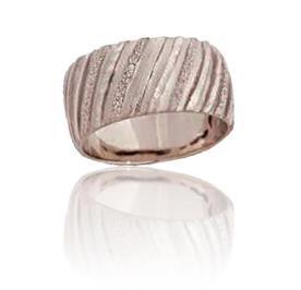 טבעת נישואין עם ריקועי פסים