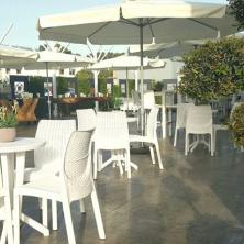 מתחם ישיבה בחוץ עם שמשיות