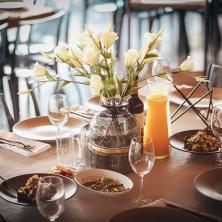 שולחן עם סלטים ושתייה