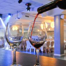 הגשת יין בבר האולם