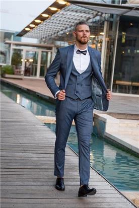 חליפת חתן: קולקציית 2020, חליפה בצבע תכלת, וסט, חליפת שלושה חלקים, חליפה בגזרה ישרה, חליפה בדוגמה חלקה - ESPANOL אספניול אופנה וחתנים