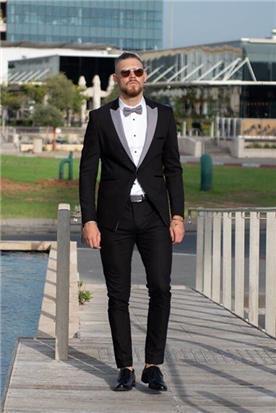 חליפת חתן: קולקציית 2020, חליפת שלושה חלקים, חליפה בגזרה ישרה, חליפה בדוגמה חלקה, חליפה בצבע שחור - ESPANOL אספניול אופנה וחתנים