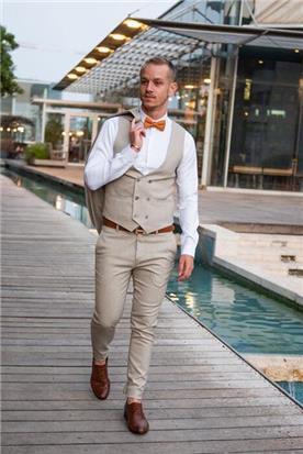 חליפת חתן: קולקציית 2020, וסט, חליפת שלושה חלקים, חליפה בגזרה ישרה, חליפה בדוגמה חלקה, חליפה בצבע חום - ESPANOL אספניול אופנה וחתנים