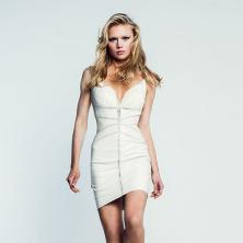 שמלת כלה קצרה צמודה עם מחשוף
