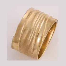 טבעת נישואין רחבה במראה גולמי
