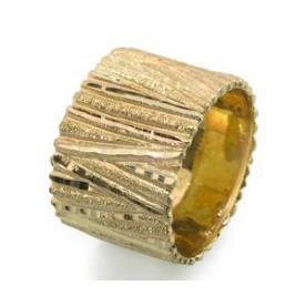 טבעת נישואין רחבה עם פסים