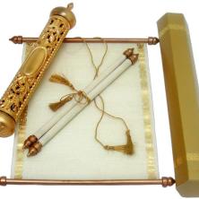 הזמנה בצורת מגילה מעוטרת זהב