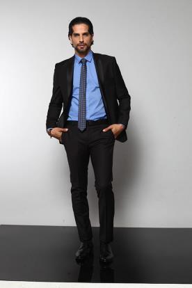 חליפת חתן שחורה וחולצה כחולה