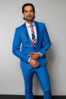 חליפת חתן עם עניבה משובצת
