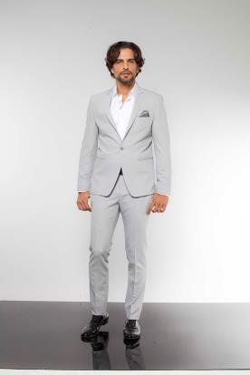 חליפת חתן אפור בהיר חולצה לבנה