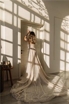 שמלת כלה: קולקציית 2020, שמלה בסגנון רומנטי, שמלה עם תחרה, שמלה עם שובל, שמלה בצבע לבן - MËDINA - סטודיו מדינה