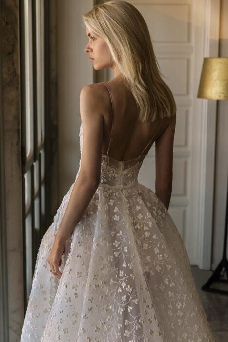 שמלה כלה עם שובל