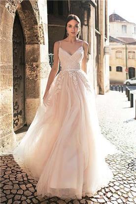 שמלת כלה: קולקציית 2019, שמלה בגזרה נשפכת, שמלה עם כתפיות דקות, שמלה בסגנון רומנטי, שמלה עם תחרה, שמלה עם מחשוף, שמלה בצבע לבן - A&G Wedding Dresses