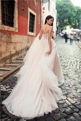 שמלת כלה: קולקציית 2019, שמלה עם כתפיות דקות, שמלה בסגנון רומנטי, שמלה עם תחרה, שמלה עם מחשוף, שמלה עם שובל, שמלה בצבע לבן - A&G Wedding Dresses
