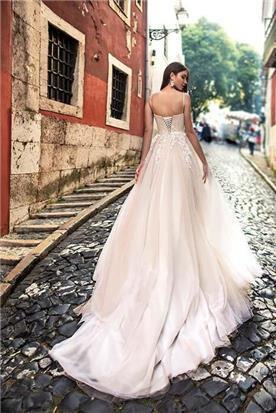 שמלת כלה: קולקציית 2019, שמלה עם כתפיות דקות, שמלה בסגנון רומנטי, שמלה עם תחרה, שמלה עם שובל, שמלה עם גב חשוף, שמלה בצבע לבן - A&G Wedding Dresses