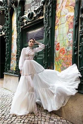שמלת כלה: קולקציית 2019, שמלה בגזרה נשפכת, שמלה בסגנון רומנטי, שמלה עם תחרה, שמלה עם שובל, שמלה עם שרוולים, שמלה בצבע לבן - A&G Wedding Dresses