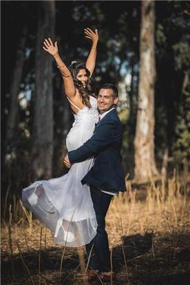 שמלת כלה: שמלה עם כתפיות דקות, שמלה בסגנון קלאסי, שמלה עם תחרה, שמלה בצבע לבן - אור טוהר שמלות כלה וערב