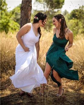 שמלת כלה או ערב: שמלת כלה, שמלת ערב, שמלת שושבינה, שמלה עם כתפיות דקות, שמלה בסגנון קלאסי, שמלה עם תחרה, שמלה עם מחשוף, שמלה בצבע לבן, שמלה בצבע ירוק - אור טוהר שמלות כלה וערב