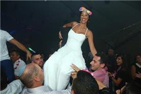 שמלת כלה: שמלה עם כתפיות דקות, שמלה בסגנון רומנטי, שמלה עם תחרה, שמלה עם מחשוף, שמלה בצבע לבן - אור טוהר שמלות כלה וערב