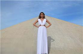 שמלת כלה: שמלה עם כתפיות עבות, שמלה עם חגורה במותן, שמלה בסגנון קלאסי, שמלת משי, שמלה בגזרה גבוהה, שמלה בצבע לבן, שמלת מקסי - אורית ברזלי שמלות כלה