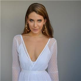 שמלת כלה: שמלה עם כתפיות עבות, שמלה עם חגורה במותן, שמלה בסגנון קלאסי, שמלה עם שרוולים, שמלה בצבע לבן - אורית ברזלי שמלות כלה