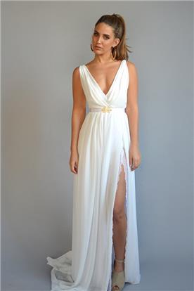 שמלת כלה: שמלה עם כתפיות דקות, שמלה עם חגורה במותן, שמלה בסגנון רומנטי, שמלה בסגנון קלאסי, שמלה עם תחרה, שמלה עם מחשוף, שמלה עם שסע, שמלה בצבע לבן - אורית ברזלי שמלות כלה