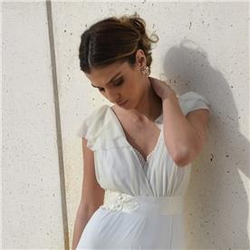שמלת כלה: שמלה עם חגורה במותן, שמלה בסגנון קלאסי, שמלה עם תחרה, שמלה בצבע לבן - אורית ברזלי שמלות כלה