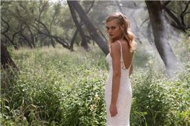 שמלת תחרה רומנטית עם גב חשוף