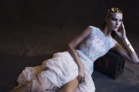 שמלת כלה עם עיטורי תחרה רומנטיים