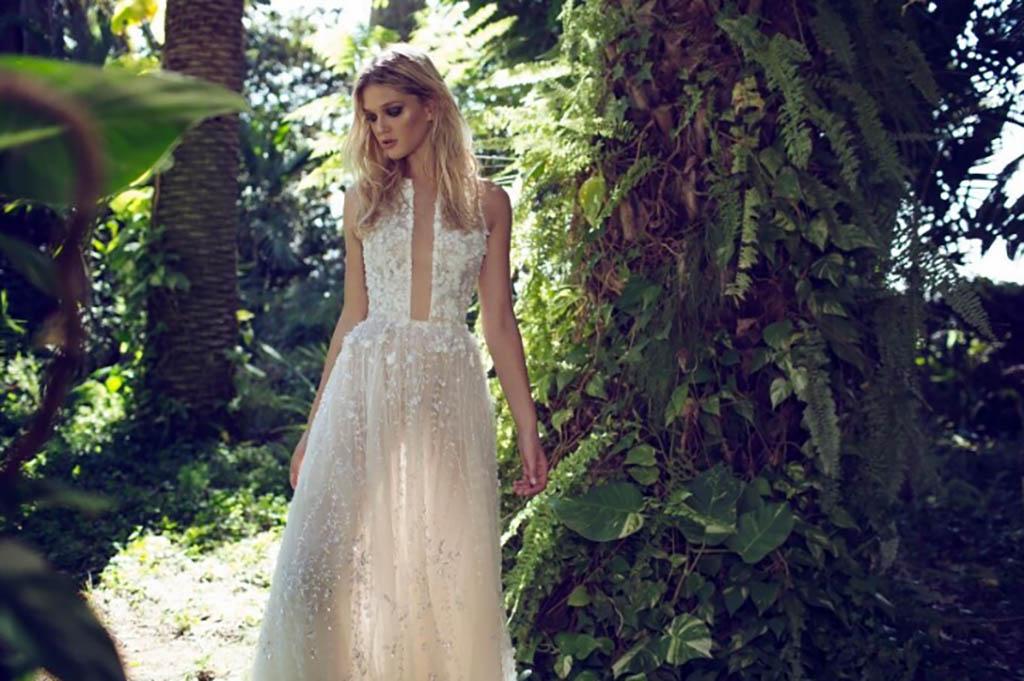 שמלת כלה רומנטית עם מחשוף עמוק