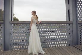 שמלת כלה אוורירית עם גב פתוח