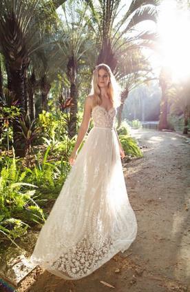 שמלת כלה מעוטרת תחרה ללוק רומנטי