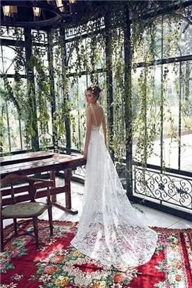 שמלת כלה מיוחדת עם שובל