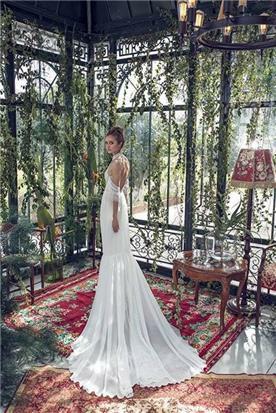 שמלת כלה מיוחדת בעיצובה עם שובל
