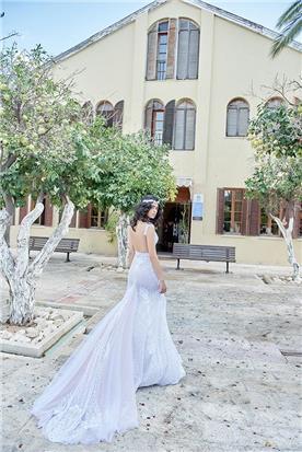 שמלה עם גב פתוח ושובל תחרה