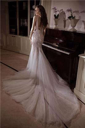שמלה עם כתפיות דקות