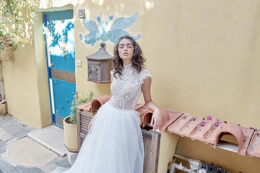 שמלת כלה מתחרה בחלק העליון וחצאית מטול