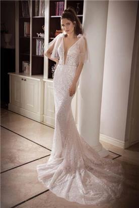 שמלת כלה: קולקציית 2018, שמלה בסגנון רומנטי, שמלה עם תחרה, שמלה עם מחשוף, שמלה עם שובל, שמלה בצבע לבן - נטלי סיסאורי שמלות כלה