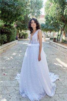 שמלת כלה במראה זוהר עם מחשוף עמוק