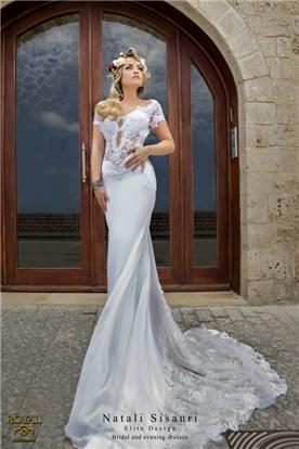 שמלת כלה צמודה עם תחרה שקופה באזור הבטן ובשובל