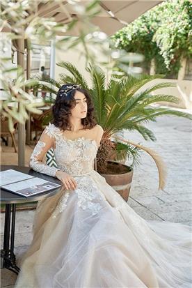 שמלת כלה אסימטרית עם שרוולים
