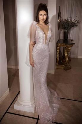 שמלת כלה: קולקציית 2018, שמלה עם כתפיות דקות, שמלה בסגנון רומנטי, שמלה עם תחרה, שמלה עם מחשוף, שמלה בצבע לבן - נטלי סיסאורי שמלות כלה