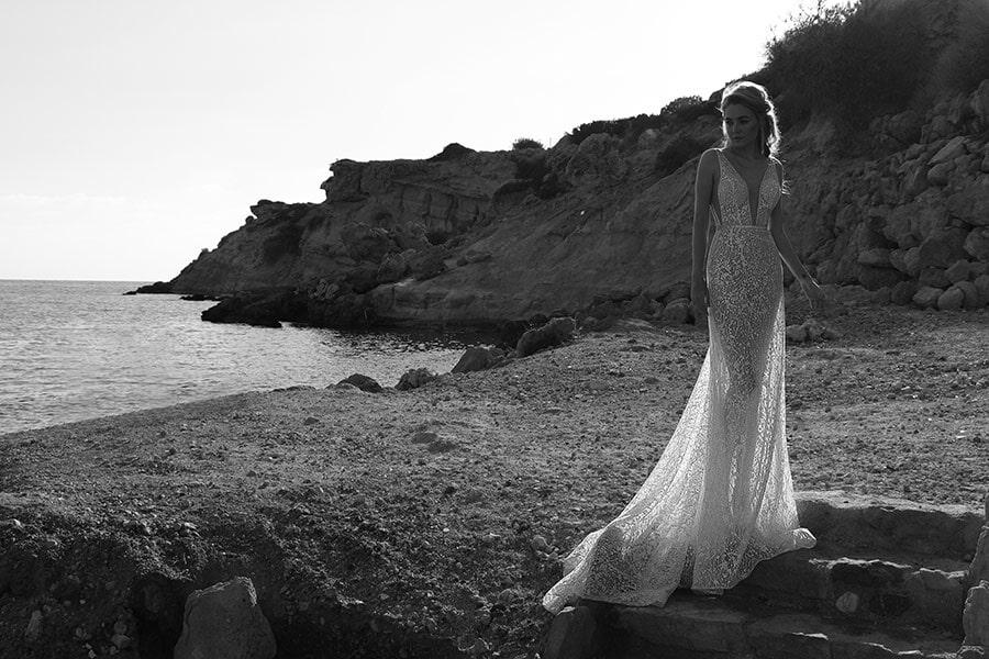 שמלת כלה: קולקציית 2018, שמלה עם כתפיות עבות, שמלה בסגנון רומנטי, שמלה עם תחרה, שמלה עם מחשוף, שמלה עם שובל, שמלה בצבע לבן - נטלי סיסאורי שמלות כלה