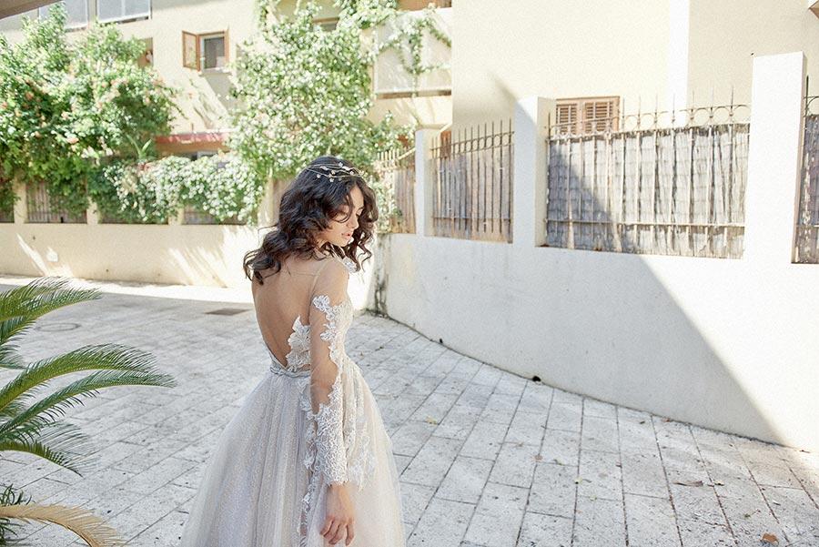 שמלת כלה עם שרוולי תחרה פרחוניים