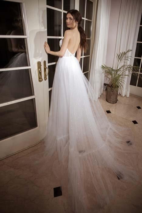 שמלת כלה: קולקציית 2018, שמלה בסגנון רומנטי, שמלה עם תחרה, שמלה עם גב חשוף, שמלה בצבע לבן - נטלי סיסאורי שמלות כלה