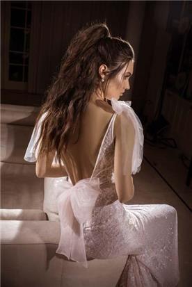 שמלת כלה: קולקציית 2018, שמלה עם כתפיות דקות, שמלה בסגנון רומנטי, שמלה עם תחרה, שמלה עם גב חשוף, שמלה בצבע לבן - נטלי סיסאורי שמלות כלה