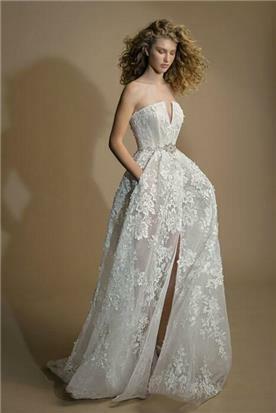 שמלת כלה בגזרת סטרפלס עם שסע
